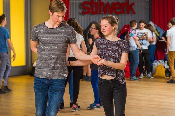 csm_Jugendliches-Paerchen-tanzt-im-stilwerk_4a6c791902